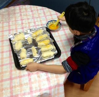 パンに卵黄を塗ってます